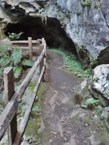 Am Wegesrand liegen Höhlen und Fels