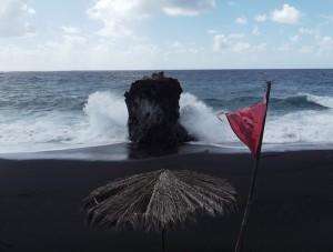 Rote Flagge: Achtung Lebensgefahr! Auf gar keinen Fall ins Wasser gehen! Foto: La Palma 24