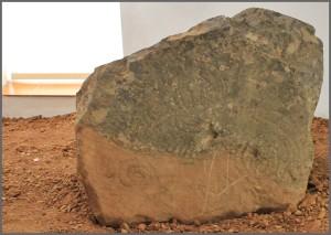 Die Schautafeln werden durch archäologische Fundstücke und Felsen mit Gravuren der Ureinwohner ergänzt.