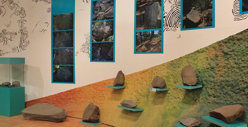 Steine mit Petroglyphen im MAB: Wer beim Bauen einen solchen Fund macht, meldet es beim Cabildo, und die Experten holen ihn ab. Foto: La Palma 24