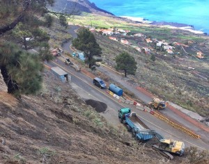 Kreisverkehrsbau im Süden: Wegen der Erdbewegungen muss der Verkehr monatelang umgeleitet werden. Foto: Cabildo