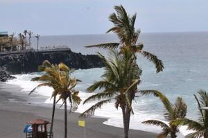 Der Strand von Puerto Naos auf La Palma: Ein Beispiel für eine Playa mit Blauer Flagge, wo die Baywatch bei Gefahr - wie hier auf dem Foto - den gelben Warnwimpel aufzieht. Foto: Michael Kreikenbom