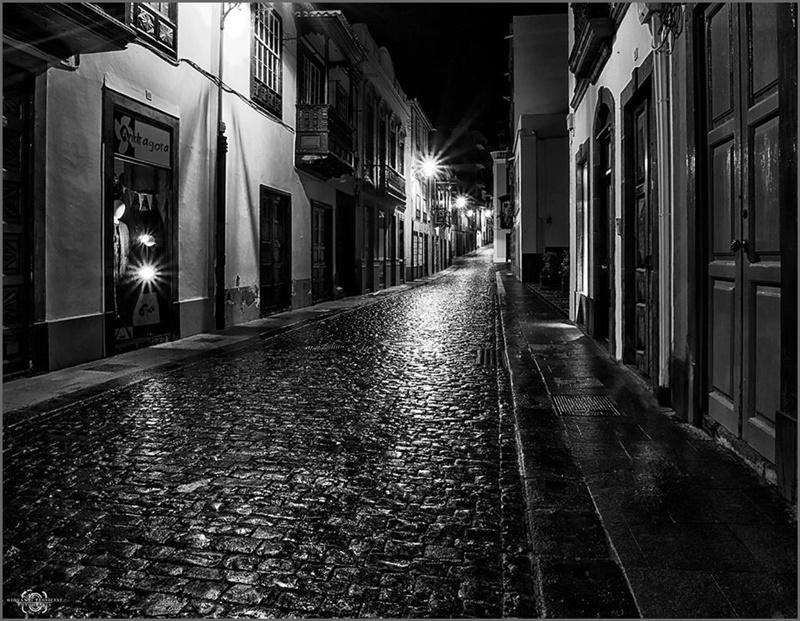 Im ersten Fotobuch Impressions from La Palma von Giovanni Tessicini finden sich auch Schwarz-Weiß-Aufnahmen wie diese von Santa Cruz im Regen.