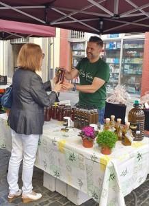 Jesús verkauft das Olivenöl Tio La Vara erst seit kurzem auf La Palma: Hier machte er Werbung beim Mercadillo in der Fußgängerzone von Santa Cruz.